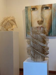 Skulptur von Johannes Hofbauer vor Bild von Alessandro Serafini