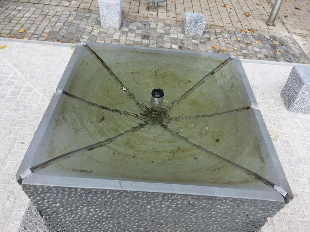 Hagal-Brunnen vor dem Schondorfer Rathaus